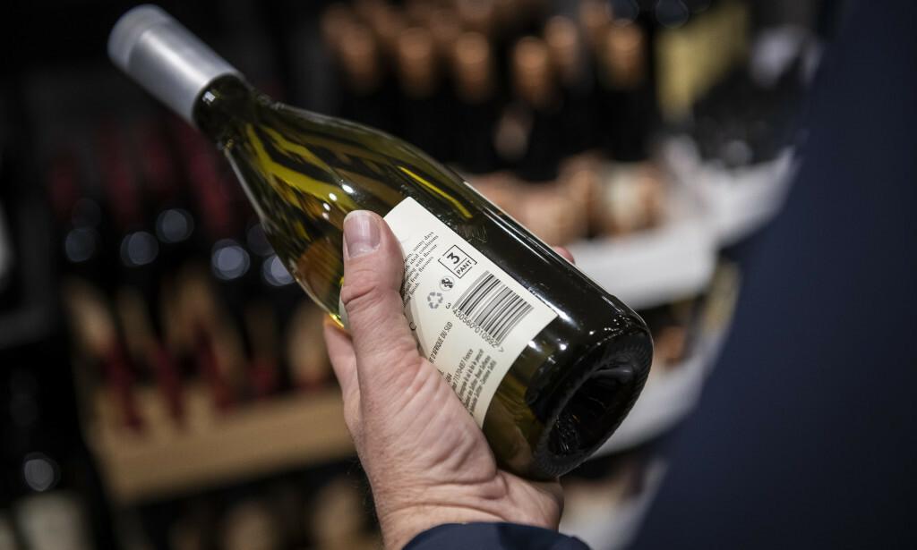 SJEKK MERKET: En rekke vinflasker av typen PET kan pantes. Per i dag er panten på tre kroner per flaske. Foto: Katrine Lunke / Infinitum