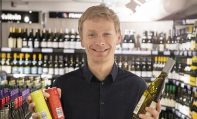 MILJØSMART: Rolf Erling Eriksen med tre miljøsmarte emballasjer for vin på polet. Foto: Vinmonopolet.