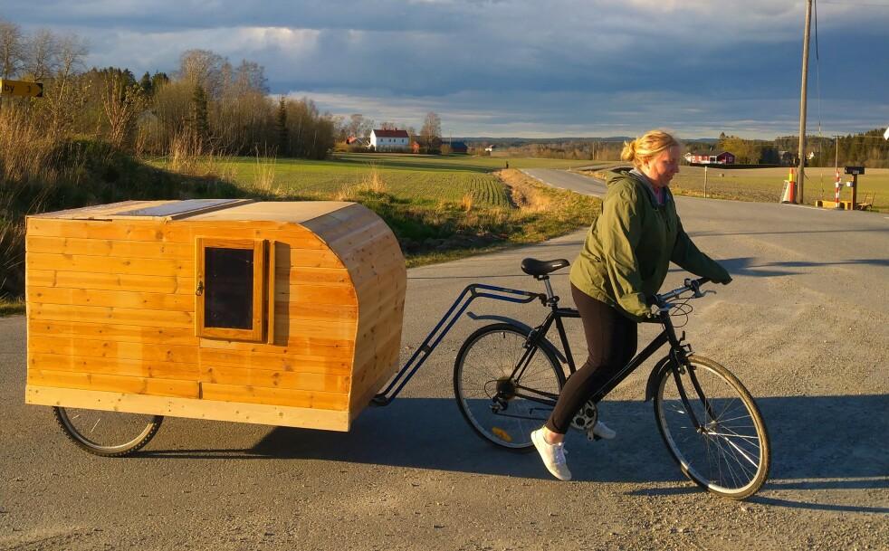 KLAR FOR NORGESFERIE: Med hjemmesnekret sykkel-campingvogn er Louise og Mario klar for å utforske Norge i sommer. FOTO: Privat