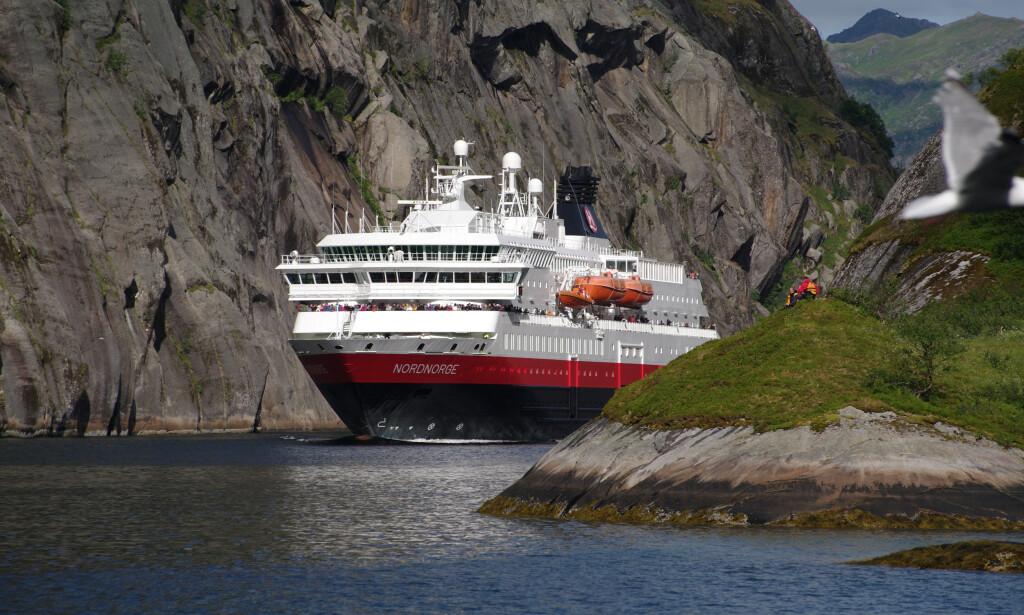 BER OM HJELP: Coronapandemien har tvunget Hurtigruten til å legge 14 av 16 skip til kai og har permittert nesten 3000 ansatte. Nå krever Trygve Slagsvold Vedum umiddelbar krisehjelp. Foto: Ulf Hansson / Reuters / NTB Scanpix