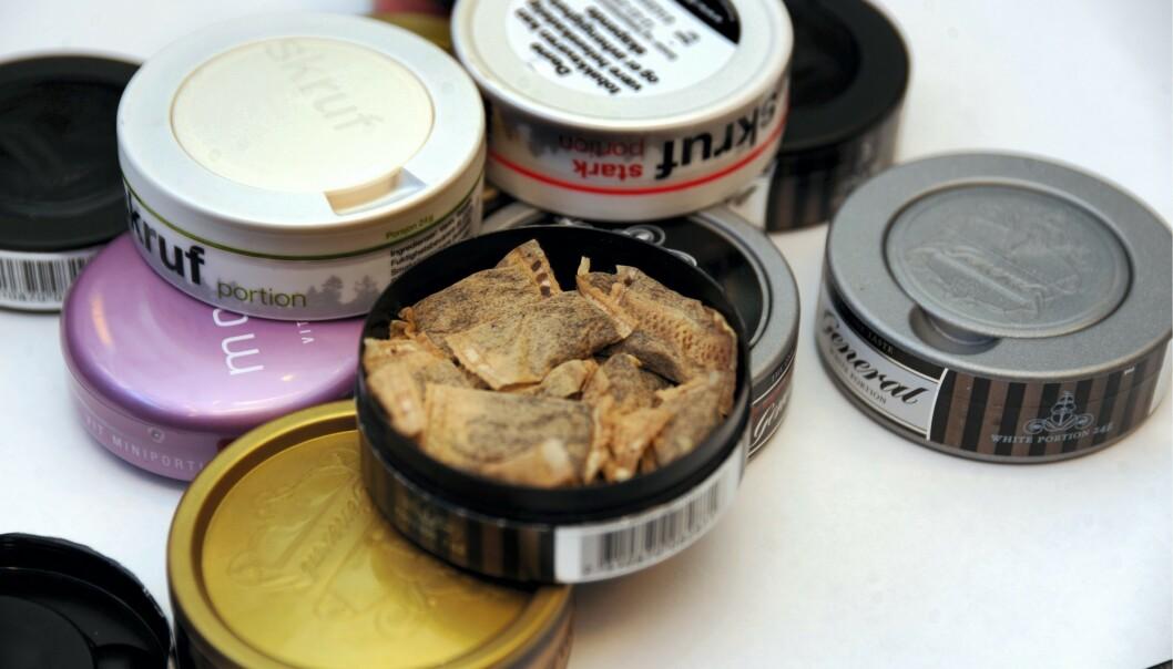FORSKER PÅ NIKOTIN: Flere land har kjørt i gang studier for å se på om nikotin kan ha noe å si for hvor alvorlig forløpet av coronaviruset blir. I Sverige vil forskerne blant annet se nærmere på personer som har corona og snuser. Foto: Terje Pedersen /ANB / ALL OVER PRESS / NTB scanpix