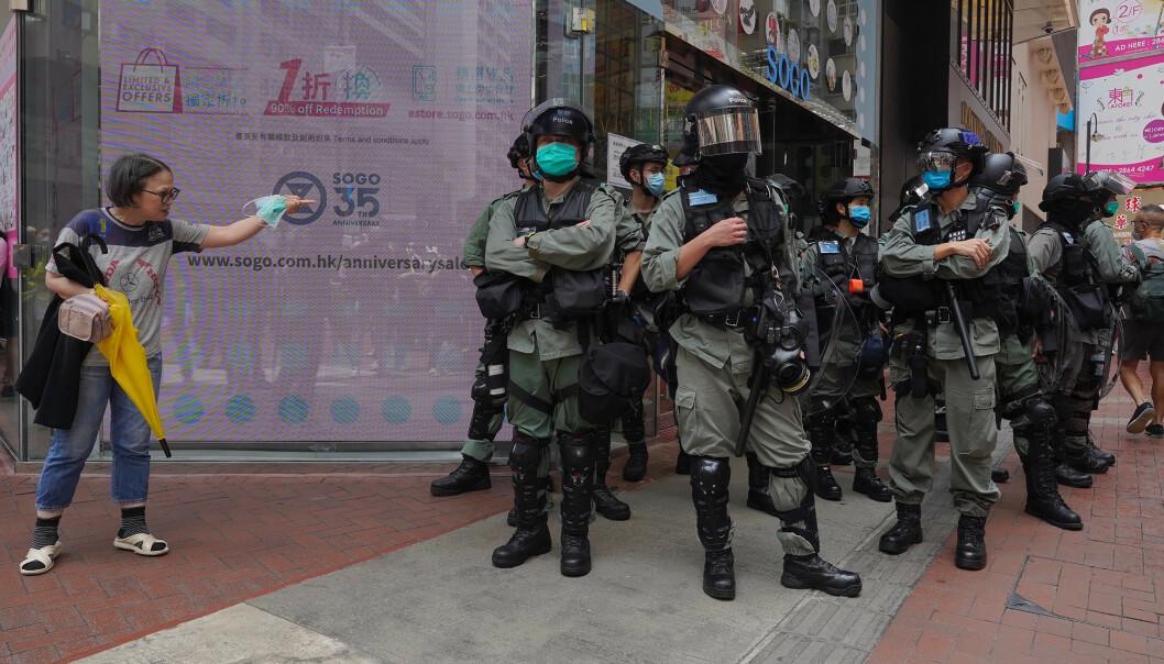 Opprørspoliti brukte tåregass og pepperspray og pågrep nærmere 300 i en demonstrasjon nær den lovgivende forsamlingen i Hongkong onsdag. Foto: Vincent Yu / AP / NTB scanpix