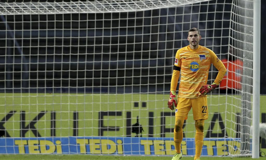 TABBE: Rune Jarstein er nok ikke fornøyd med egen innsats etter kveldens kamp mot RB Leipzig. Foto: AP Photo/Michael Sohn