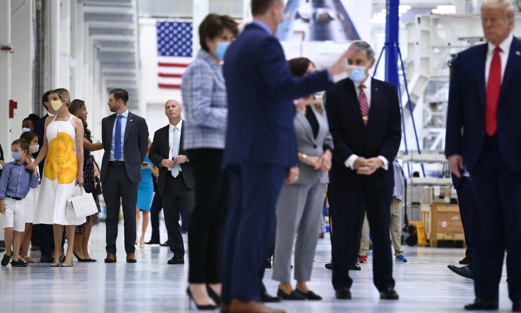 MED OG UTEN: Mens datteren Ivanka Trump (t.v.) hadde på seg maske, lot pappa Donald Trump (t.h.) det være. Foto: Brendan Smialowski / AFP