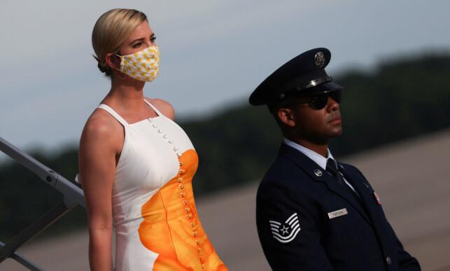 MUNNBINDET PÅ: Presidentens datter Ivanka Trump på vei av Air Force One onsdag, iført munnbind. Foto: Reuters / NTB Scanpix