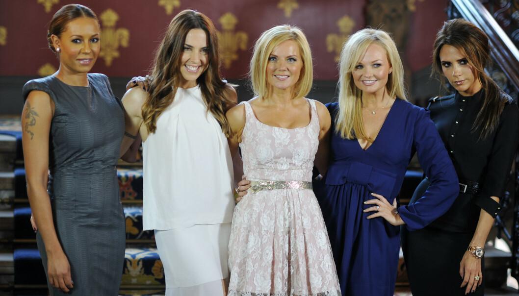HOLDER MASKEN: Victoria Beckham (t.h.) er kjent for å ikke vise frem det største smilet. Her avbildet med resten av medlemmene av Spice Girls i 2012. Foto: NTB scanpix