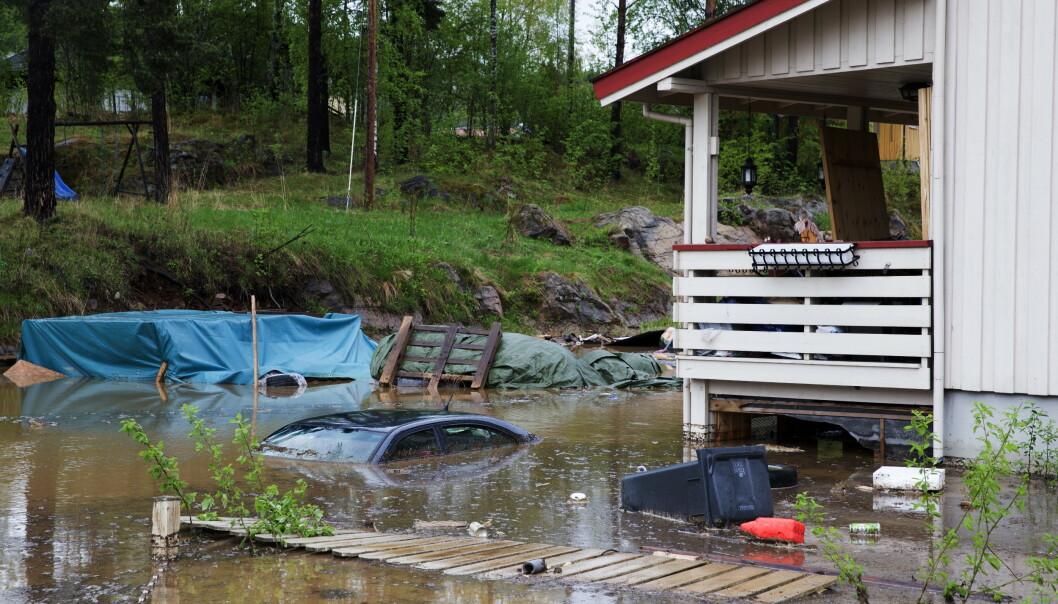 IKKE SOM I 2013: I løpet av en halvtime 22. mai 2013 gikk det fra normalt til slik foran et hus på Vallset sør for Hamar. I år kommer ikke snøsmeltingen så ut av kontroll. Foto: Berit Roald, NTB Scanpix.