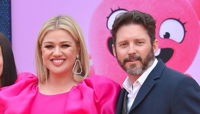 <strong>SKILLES:</strong> Kelly Clarkson og eksmannen Brandon Blackstock avslørte tidligere i år at de har gått hver til sitt. Her med deres felles to barn i fjor. Foto: NTB Scanpix