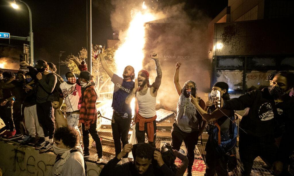 image: Demonstranter har satt fyr på politistasjon i Minneapolis