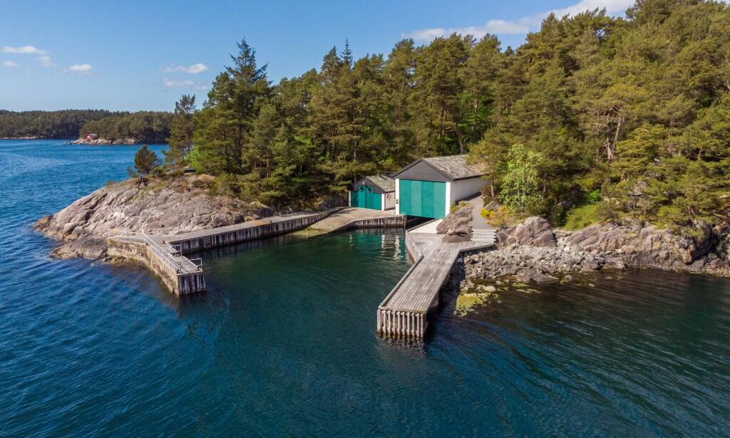 TO BÅTHUS: Eiendommen ligger nærme sjøen, har en lang strandlinje og to båthus. Foto: PrivatMegleren