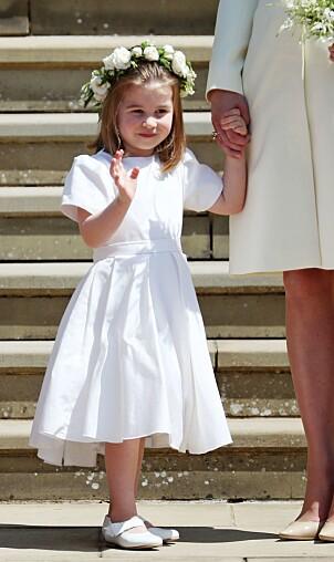 BRØT KONGELIG PROTOKOLL: Prinsesse Charlotte var en av flere brudepiker. Her ser man at hun fikk gå uten strømpebukse i bryllupet. Foto: NTB Scanpix