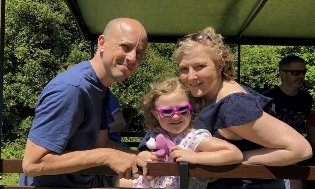 LEVER PÅ MINNENE: Sam og datteren Esmee sammen med mamma Amy før hun ble for syk til å være ute. Nå er Sam lykkelig over at han har et nytt hjerte – slik at datteren slipper å miste begge foreldrene. Foto: PA Real Life