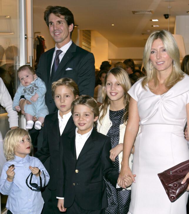 HELE HURVEN: Marie-Chantal og kronprins Pavlos har hele fem barn sammen. Her er hele gjengen i 2008. Foto: NTB Scanpix