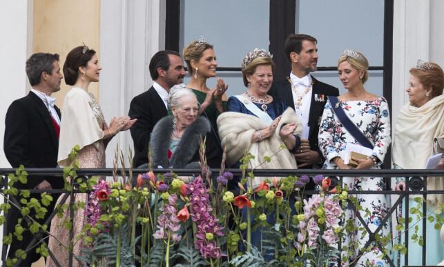 PÅ FEST: Den greske eks-kongefamilien har et nært bånd med den danske kongefamilien. Her er de samlet under kong Harald og dronning Sonjas 80-årsfeiring i mai 2017. Foto: NTB Scanpix