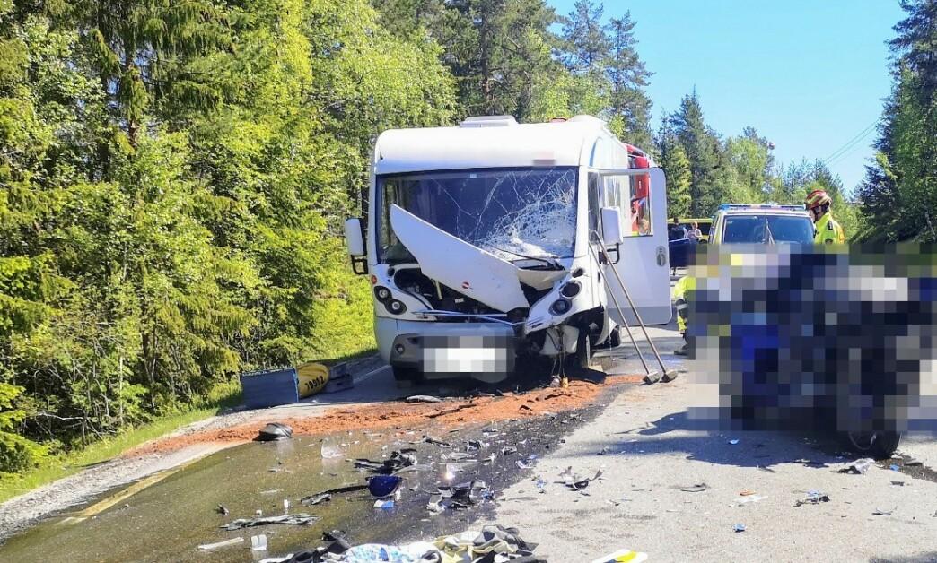 En motorsyklist mistet livet i en kollisjon mellom motorsykkel og bobil på Reshjemvegen mellom Notodden og Bø. Foto: Øyvind Bergestig / NTB scanpix