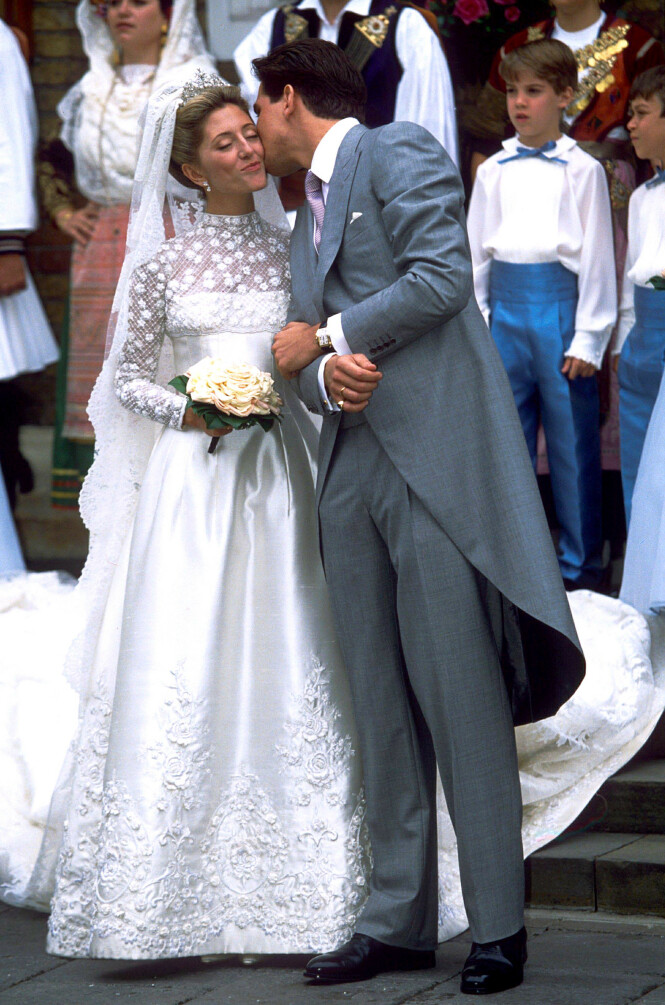 KYSS PÅ KINNET: Kronprins Pavlos kysser bruden sin 1. juli 1995. Om litt over en måned har ekteparet vært gift i hele 25 år. Marie-Chantal bar en kjole fra Valentino. Foto: NTB Scanpix