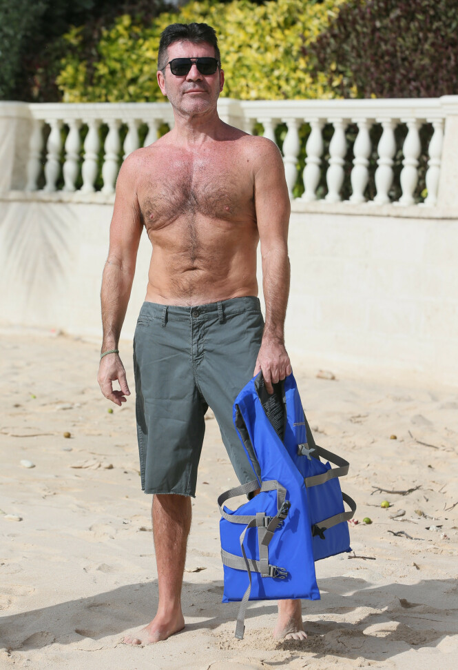 STOR FORANDRING: Simon Cowell var ikke redd for å vise frem sin bare overkropp på stranden på Barbados i fjor. Foto: NTB Scanpix
