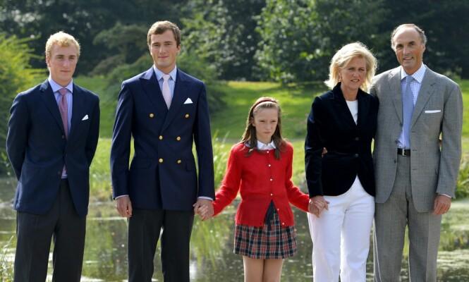 SMITTET: Prins Joachim (til venstre) har fått påvist coronaviruset - etter å ha vært på fest i Spania. Her er han med familien i 2012. Foto: NTB Scanpix