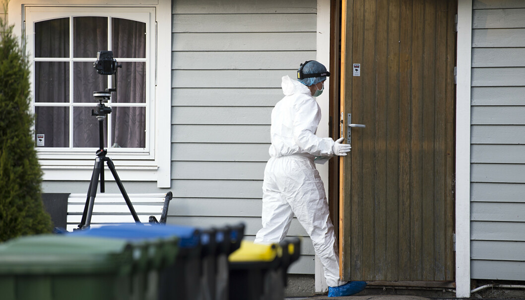 Politiet undersøker huset der en person er funnet død på Brattholmen på Sotra. Ddsfallet etterforskes som drap og en person er pgrepet i saken. Foto: Marit Hommedal / NTB scanpix