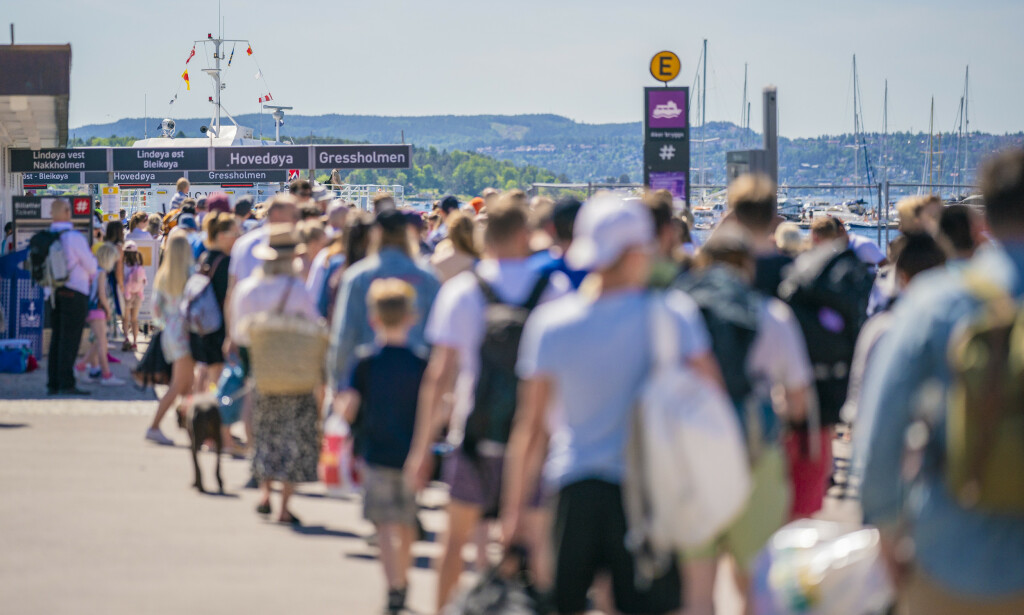 LANG KØ: Lang kø på Rådhuskaia for å ta båtene til øyene i Oslofjorden. Coronaregler gjør at de små fergene bare tar 50 passasjerer av gangen. Foto: Stian Lysberg Solum / NTB scanpix