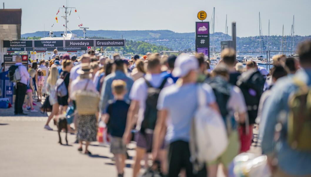 <strong>LANG KØ:</strong> Lang kø på Rådhuskaia for å ta båtene til øyene i Oslofjorden. Coronaregler gjør at de små fergene bare tar 50 passasjerer av gangen. Foto: Stian Lysberg Solum / NTB scanpix
