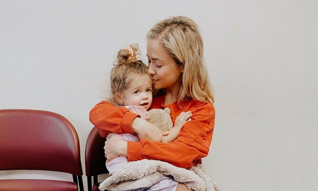 SOVNET INN: Tre år gamle Stevie Lynn gikk nylig bort. Nå åpner mora, Ashley Stock, opp om tapet av datteren etter den alvorlige diagnosen. Foto: Ashley Stock / Instagram