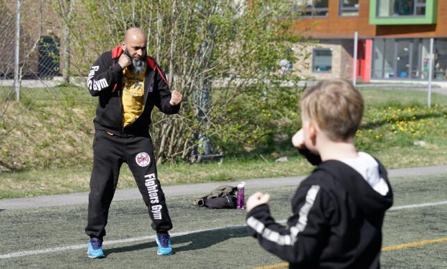BEGRENSET: Shahid Rasool har utetreninger med ungdommer og barn når været tillater det. Foto: Øistein Norum Monsen/Dagbladet