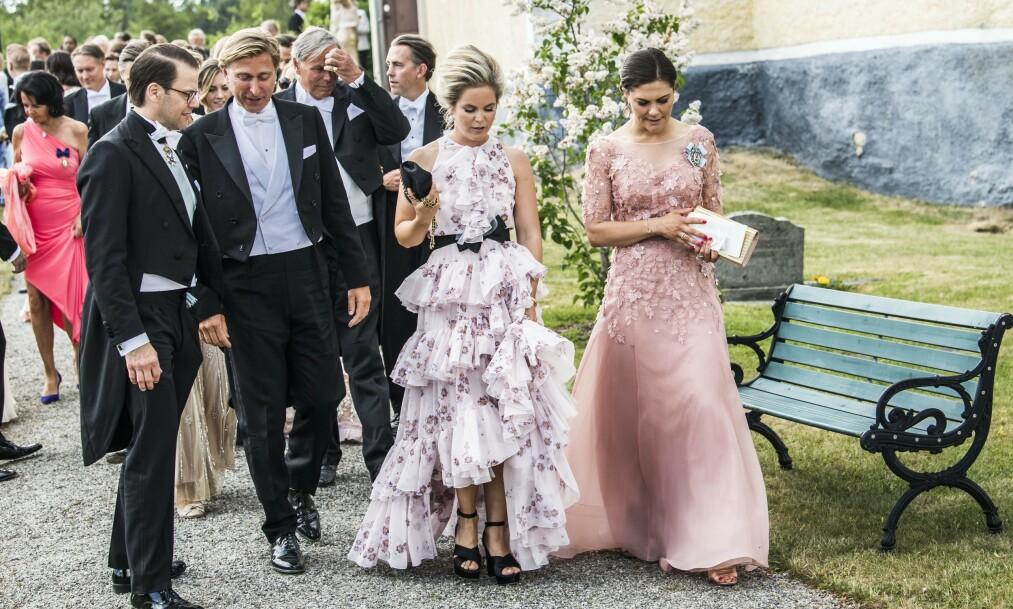 I HARDT VÆR: Märta Schörling Andreén (nr.2 fra høyre) snakker her med kronprinsesse Victoria under bryllupet til deres felles venn Loiuse Gottliebs i 2018. Til venstre er deres respektive ektemenn, prins Daniel og Linus Andréen. Foto: CAROLINA BYRMO / Aftonbladet / IBL Bildbyrå / NTB scanpix