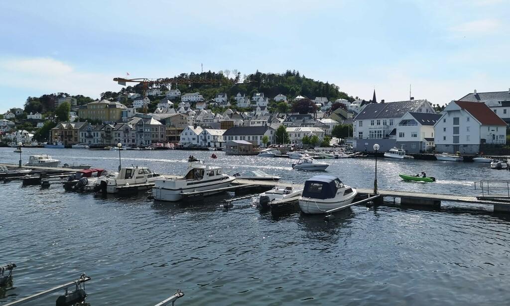 FARSUND: I vakre Farsund er det mange som har tatt seg en tur med båten i dag. Foto: Stine Frislid Nilsen