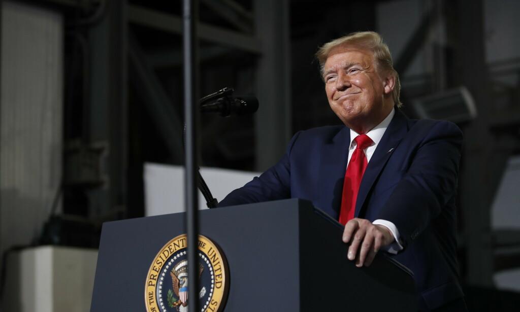 LØRDAG: President Donald Trump avbildet etter å ha sett den historiske SpaceX-oppskytingen i Florida lørdag. Foto: AP / Alex Brandon