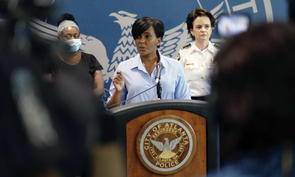 Atlanta-ordfører Keisha Lance Bottoms kunngjør her portforbud etter klokka 21 lørdag 30. mai 2020. Foto: Ben Gray/Atlanta Journal-Constitution via AP