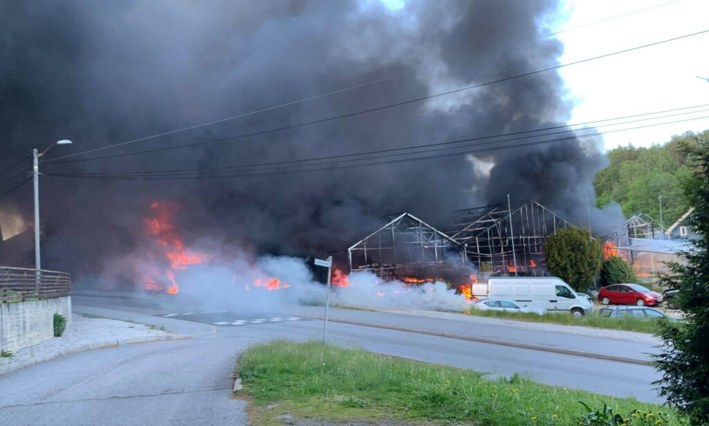 BRANN: Det stiger kraftig svart røyk opp fra brannen. Foto: Lasse Bjørge.