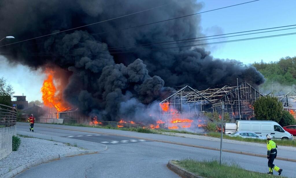 SPREDNING: Brannen har allerede spredd seg til andre bygninger. Foto: Lasse Bjørge.