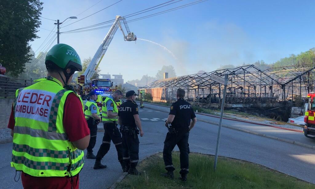 STORBRANN: Like etter klokka 19 meldte politiet at de har kontroll på brannen. Foto: Nyhetstips.no.
