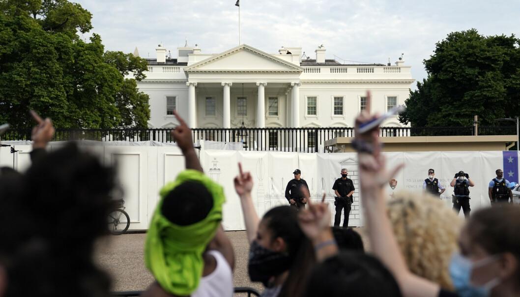 Demonstranter har i flere dager protesterer mot politivold utenfor Det hvite hus. Ansatte oppfordres nå til å la være å komme på jobb på søndag. Foto: AP / NTB scanpix