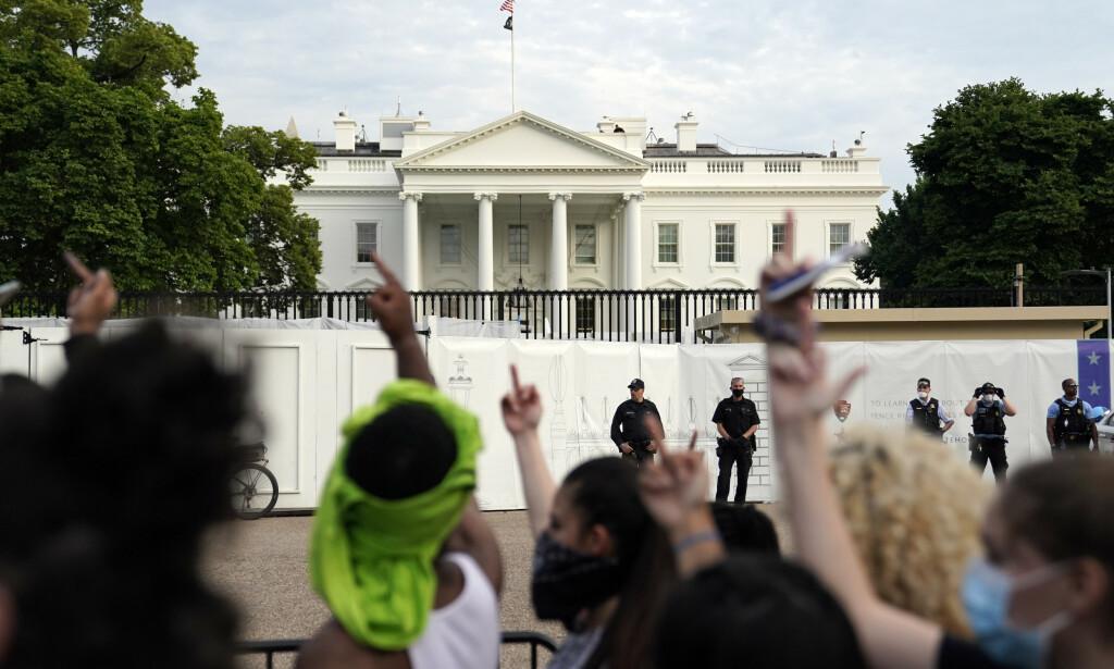 IKKE KOM PÅ JOBB: Demonstranter har i flere dager protesterer mot politivold utenfor Det hvite hus. Ansatte oppfordres nå til å la være å komme på jobb på søndag. Foto: AP / NTB scanpix