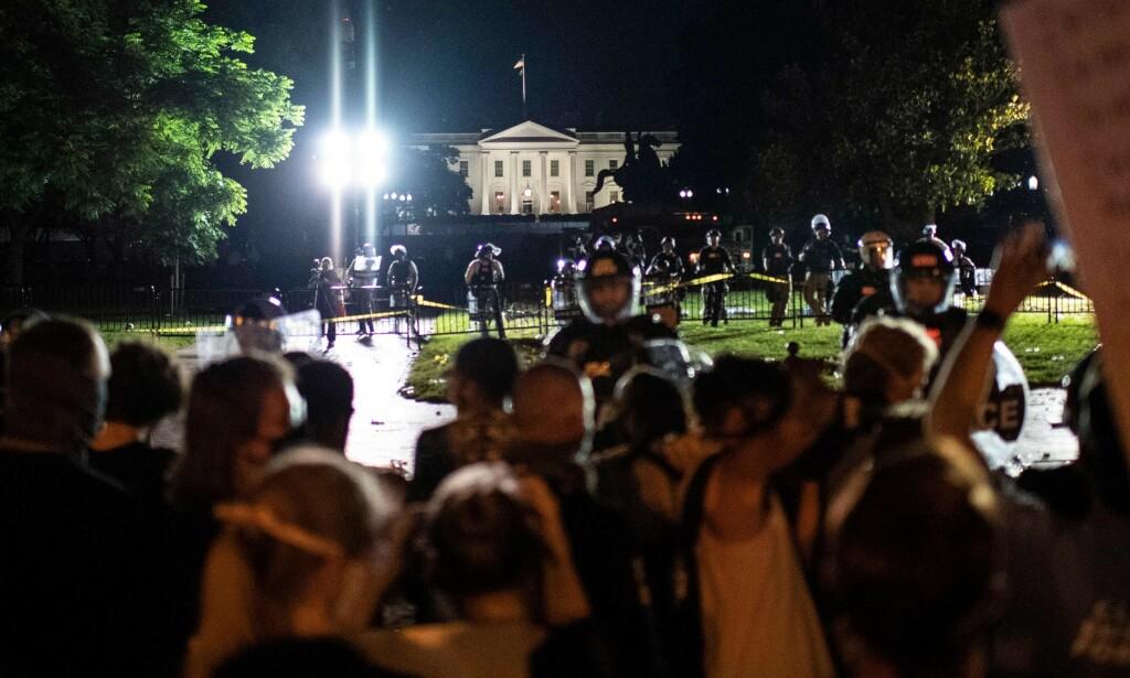 STENGTE: Demonstrasjonene natt til lørdag førte til at Det hvite hus stengte av. Foto: Eric Baradat / AFP