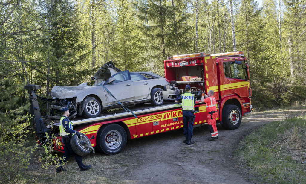 TOTALSKADD: BIlen de seks unge menneskene satt i ble hentet med en bergingsbil. Fire av de som var i bilen er bekreftet døde. Ytterligere to er sendt til sykehus. Foto: Mats Andersson / TT / NTB scanpix