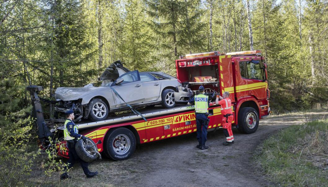SMADRET: Bilen med de seks ungdommene er totalvrak etter utforkjøringen. Foto: Mats Andersson / TT / NTB Scanpix