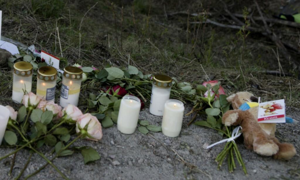 TRAGEDIE: Lys og blomster er lagt ned på stedet der fire 16 år gamle gutter omkom i en singelulykke med bil natt til søndag. Foto: Mats Andersson / TT / NTB scanpix