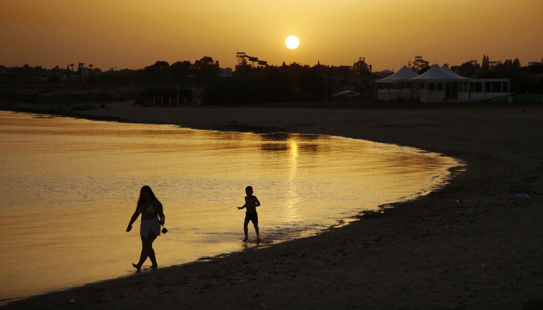 Dome-stranden i Makrinissos i Ayia Napa på Kypros er nærmest folketom i solnedgangen. Bildet ble tatt tidligere denne måneden. Foto: Petros Karadjias / AP / NTB scanpix
