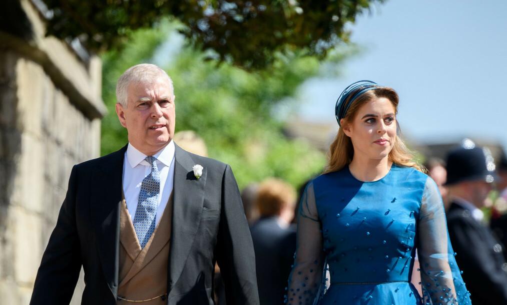 FERDIG?: Ifølge The Sunday Times kan prins Andrews tid i det kongelige rampelyset snart være over. Her er han med datteren prinsesse Beatrice. Foto: NTB Scanpiz