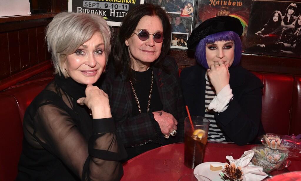 OSBOURNE-FAMILIEN: Her er Sharon Osbourne med sin nye grå hårfarge i februar. I midten sitter ektemannen Ozzy, og til høyre datteren Kelly. Foto: NTB Scanpix