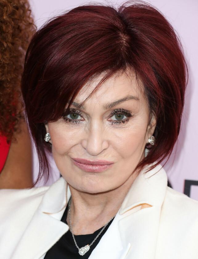 RØD MANKE: Slik har vi vært vane med å se Sharon Osbourne de siste årene - men nå er den røde luggen historie. Foto: NTB Scanpix