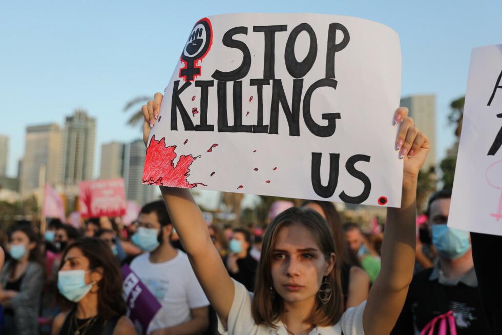 SJU DREPT: Siden corona-epidemien kom til Israel har sju kvinner blitt drept av sine kjære, i hjemmet. Mandag denne uka møtte tusenvis av israelsere opp ved stranda i Tel Aviv for å demonstrere mot vold mot kvinner. Foto: Abir Sultan / Epa / NTB Scanpix