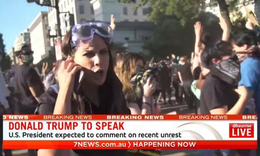 SLÅTT NED: 7News-reporter Amelia Brace opplevde å få sin kameramann slått ned av politiet på direkten. Foto: 7News.com