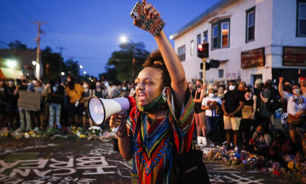USA KOKER: Demonstranter samler seg i hopetall hver eneste dag for å markerde politidrapet på George Floyd i Minneapolis forrige uke. Demonstranter og journalister er blitt skadd i sammenstøt. Foto: NTB Scanpix