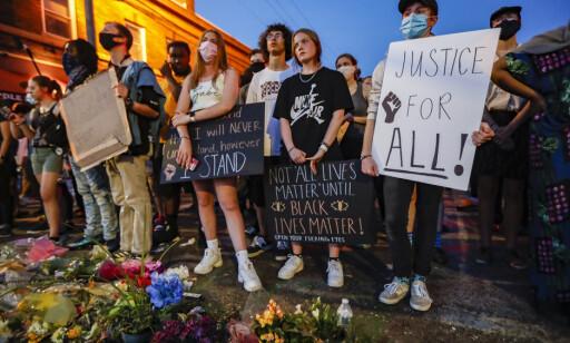 STORT ENGASJEMENT: Tusenvis av amerikanere tar til gatene for å hedre George Floyd og vise sin avsky mot rasisme. Foto: NTB Scanpix