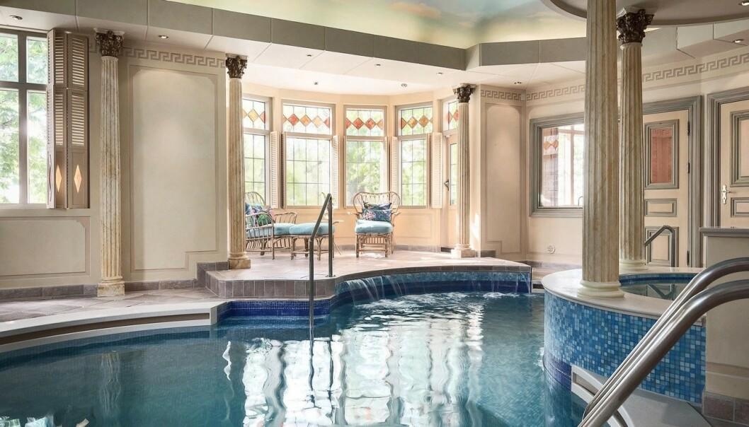 <strong>INNENDØRSBASSENG:</strong> For 95 millioner vil nok de fleste forvente å få et innendørs svømmebasseng, noe herregården også har. Foto: Widerlöv