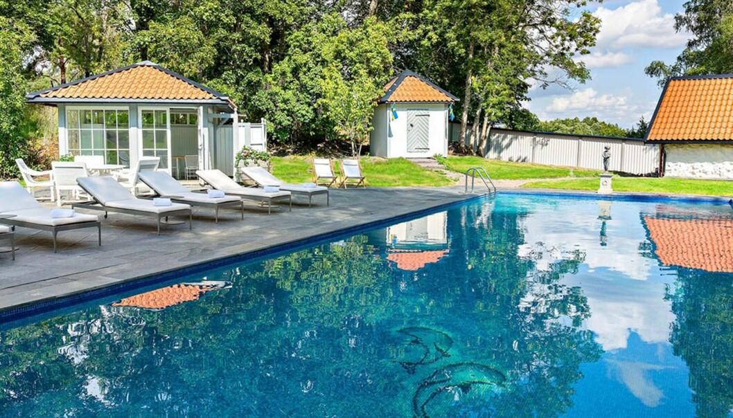 <strong>UTENDØRS:</strong> Det er finnes også et utendørs svømmebasseng. Foto: Widerlöv